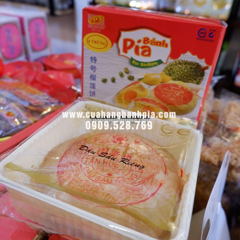 Bánh pía 4 trứng được đựng trong bao bì và hộp giấy